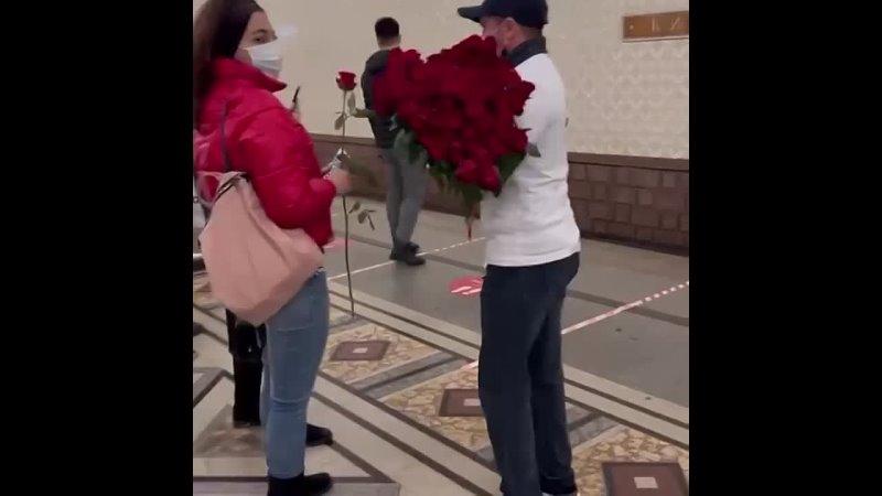 Сегодня в метро дагестанец дарил прохожим женщинам цветы и конфеты На мужчине была надета футболка с надписью Я Дагестанец