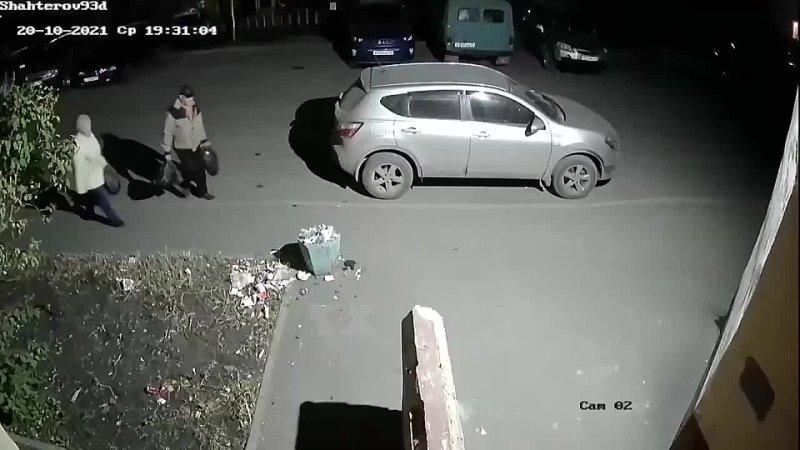 Вечером какой то старик пнул урну с мусором а на следующий день девочка эту урну подняла