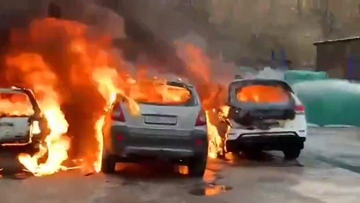 На Котляковской загорелись деревянные бытовки и припаркованные автомобили.