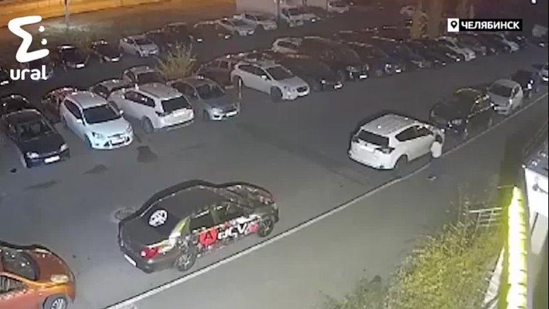 Жительница Челябинска отпинала 20 припаркованных автомобилей