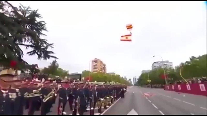 ????Испанский стыд.  На военном параде в Мадриде парашютист с национальным флагом врезался в фонарный столб и... [читать продолжение]