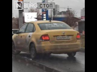 Екатеринбуржца возмутил таксист, разъезжающий по т...