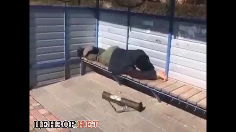 пьяный российский наемник с тубусом от РПГ уснул на остановке общественного транспорта в оккупированном Алчевске