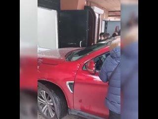 В Домодедово машина протаранила входные двери прод...