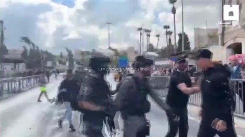 Израильские боевики совершили нападение на палестинскую молодёжь отдыхающую у Дамасских ворот после молитвы у мечети Аль Акса