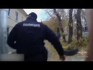 В Екатеринбурге полицейские помогли людям выбратьс...