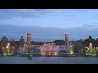 Magnifique_spectacle_des_jets_d_eau_en_musique. Reposantp