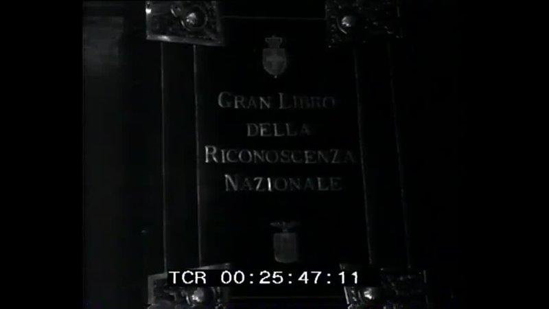 Mussolini firma il Gran Libro della Riconoscenza Nazionale
