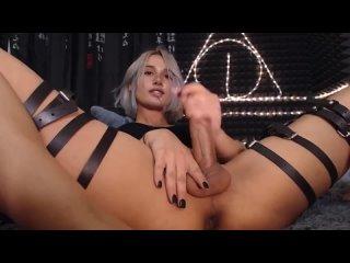 Русская транс-девушка мастурбирует и испытывает оргазм во время онлайн-трансляци