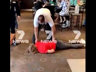 Корона-фашизм и его слуги биороботы: Австралия, он был задушен и без сознания брошен на пол охраной за то, что он без маски