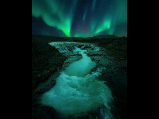 Сезон Северного сияния продолжается! В ясные и четкие ночи в Исландии, свидетель спектр цветов вертела в небе. Сентябрь и март,