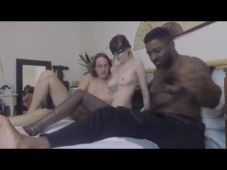 мой черный любовник трахает меня пока мы занимаемся сексом с мужем мжм