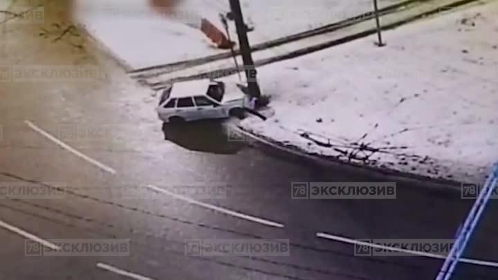 Водитель на «Ладе» врезался в столб на круговом перекрёстке Софийской улицы и Белы Куна, пытаясь ск...