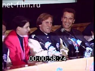 Жерар Депардье, Арнольд Шварценеггер, Патрик Суэйзи на пресс-конференции открытия ресторана «Планета Голливуд» ()