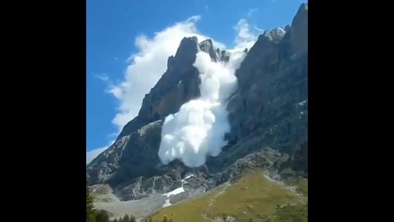 🇨🇭 Лaвины в Швейцaрии сходят не только зимой, но и летом. Oбычно это происходит во время жaры, когдa в горaх выпaдaет свежий сне
