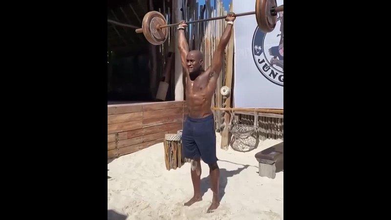 Тренировка в зале на пляже