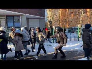 Задерживают людей около Мосгорсуда ()