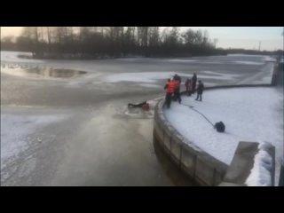 Появилось видео, как в Бресте МЧС спасли провалившегося под лёд ребенка