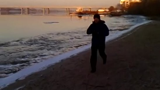 Siberian man swimming in Ob river among the ice floes (11 nov 2013).mp4