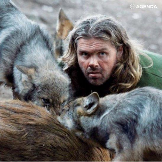 Мужчина выжил в стае диких волков