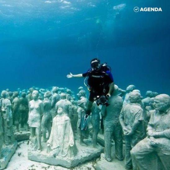 Художник спрятал скульптуры под воду, чтобы спасти жизнь в океане.