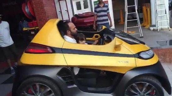 Рохит Шетти водит автомабиль вместе с сыном Шахрукха - АбРамом на съёмочной площ