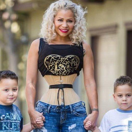 Мама близнецов носит корсет сутками