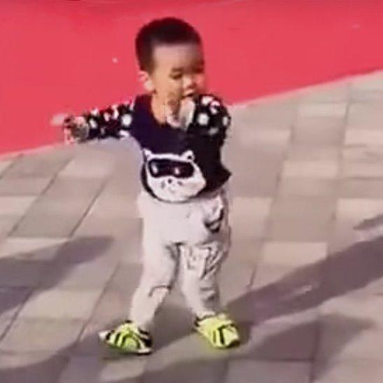3-летний малыш затмил профессиональных танцоров