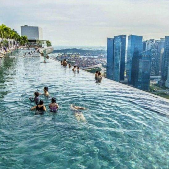 Самый высокий и самый большой панорамный бассейн на крыше в мире