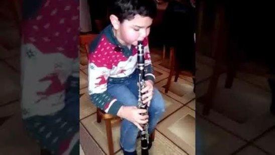 Адамян Боря 8 лет играет на кларнете ''Шалахо''