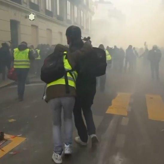 В Париже громят магазины и сражаются с полицией