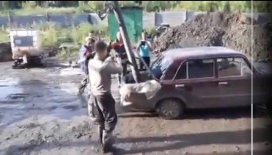 В сети появилось видео, где жидкий бетон заливают в Жигули V