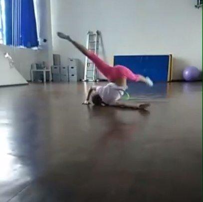 Гимнастика и танцы в школьном спорт-зале / Девочки онлайн