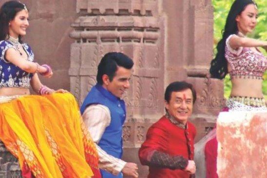 Джеки Чан исполняет индийские танцы