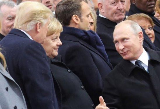 Путин и Трамп пожали друг другу руки у Триумфальной арки.