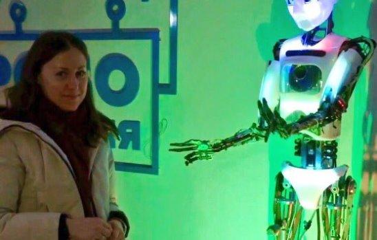 Нам робот читает стих про Русь :))) Еще он умеет петь, танцевать и вышивать))