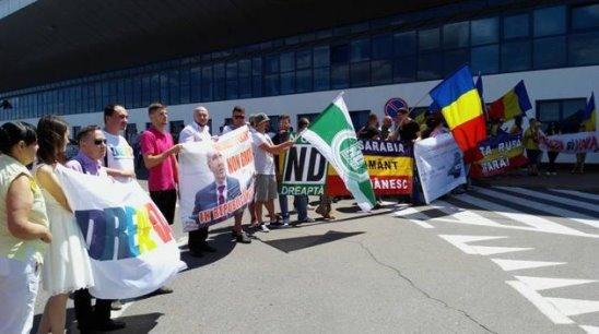 Rogozin, huiduit la Chișinău. Protestatarii cer să fie declarat persona non grata. http://www.today.md/ro/news/politic/9840/Rogozin-huiduit-la-Chi%C8%99in%C4%83u-Protestatarii-cer-s%C4%83-fie-declarat-persona-non-grata.htm