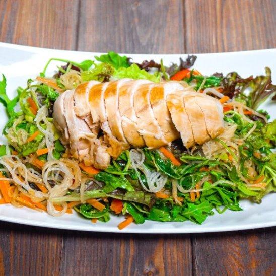 Китайский салат с курицей и лапшой от Woman.ru