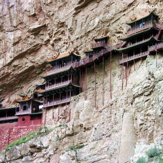 Самый опасный висячий храм в мире