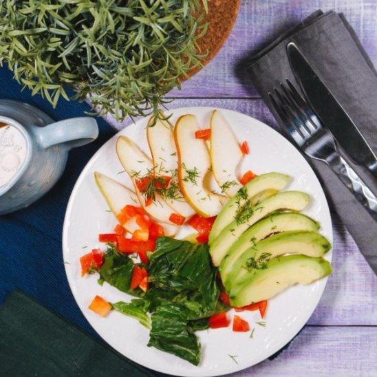 Салат с авокадо и грушей от Woman.ru