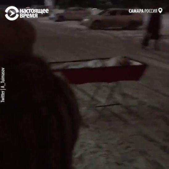Женщина привезла гроб с покойником к зданию правительства в Самаре