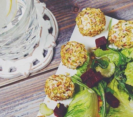 Салат с сырными шариками от Woman.ru