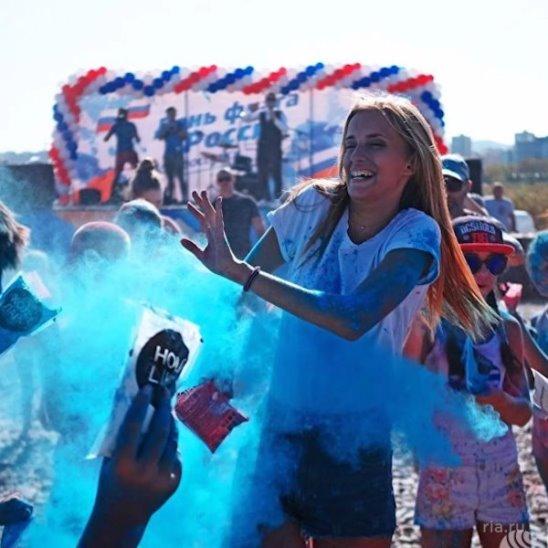 Фестиваль красок в День Государственного флага РФ