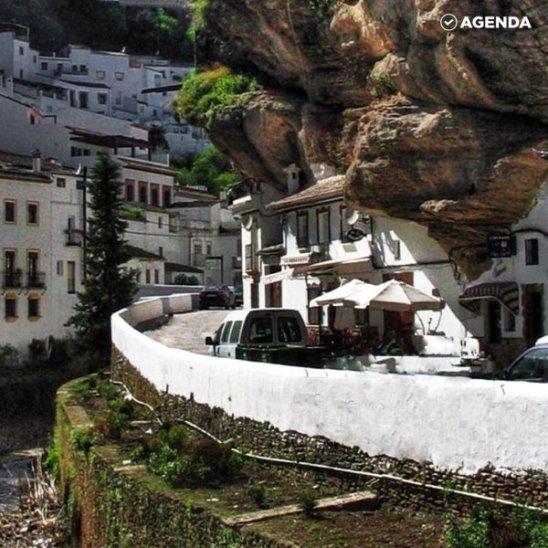 Белый город под скалой
