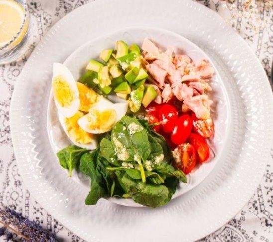 Салат с авокадо и копченой курицей от Woman.ru