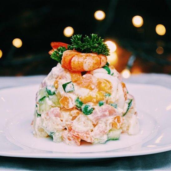 Оливье с креветками и лососем от Woman.ru