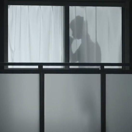 Тени мужчин защищают одиноких женщин
