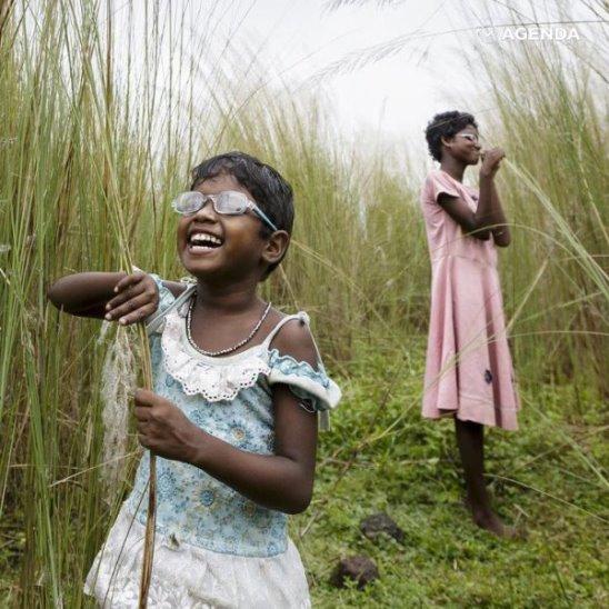 Индийские девочки увидели мир впервые после операции