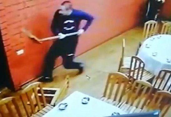 Сотрудники владивостокского ресторана отбились от налетчиков с помощью лопаты и швабры.