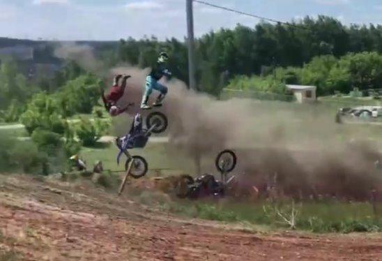 Авария на соревнованиях по мотокроссу